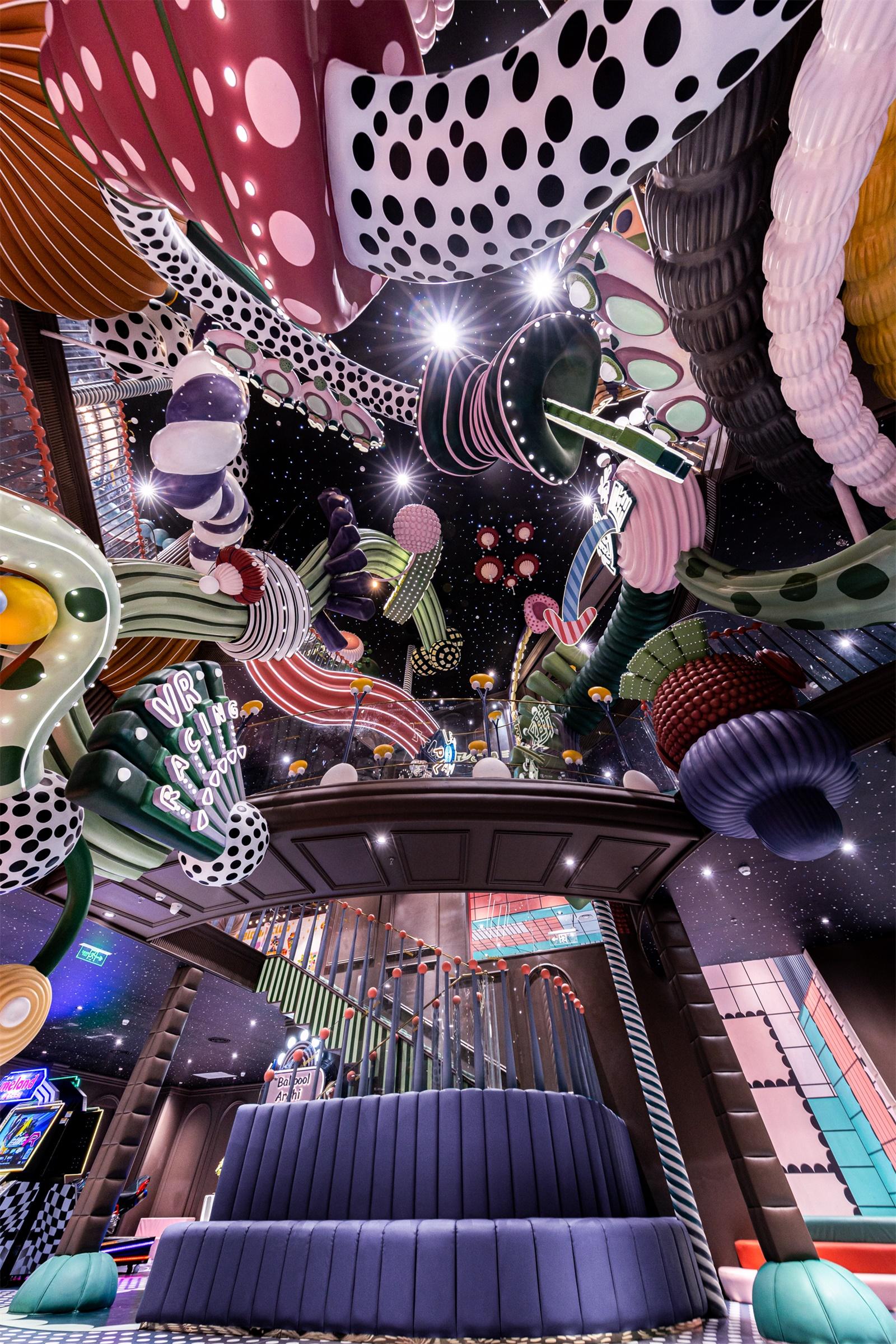 16_Legelandet har et 10 meter højt atrium, hvor der ses skiltning til de mange forskellige niveauer